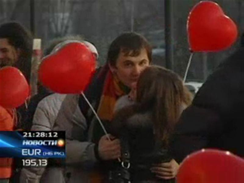 В Семее в День Валентина в поцелуе слились 70 пар.