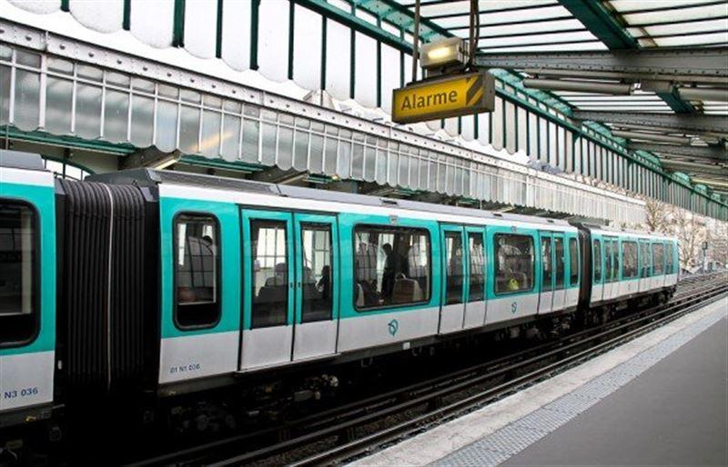 В метро в Париже мужчина облил пассажира кислотой