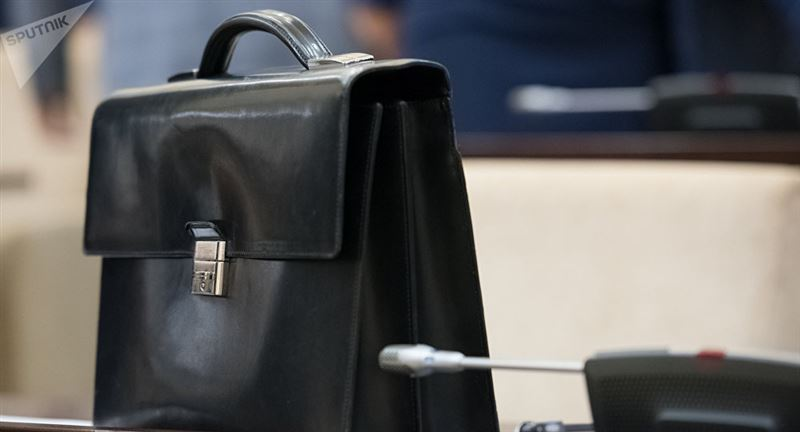 Депутат дүкеннен сэндвич ұрлағаннан кейін отставкаға кетті