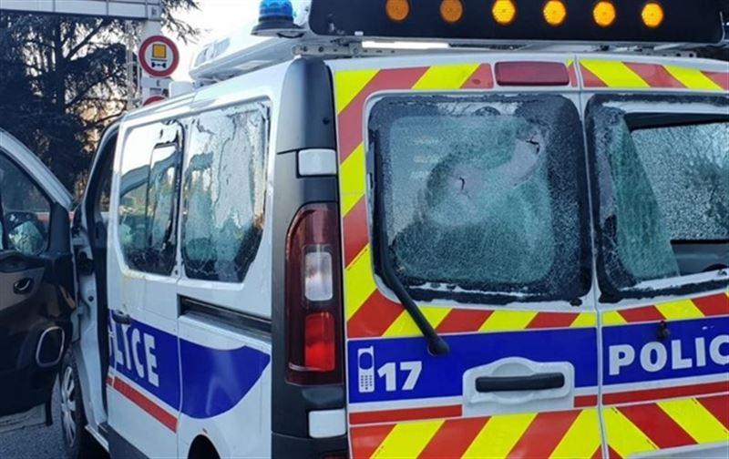 «Сары жейделілер» Лиондағы полиция көлігіне шабуыл жасады