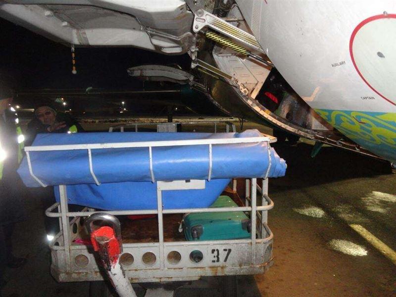 В аэропорту Алматы самолет был поврежден во время погрузки багажа