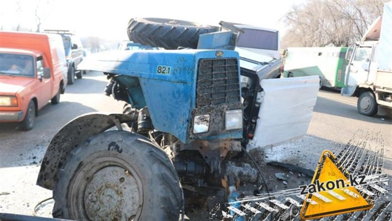 Трактор разорвало на части в результате ДТП в Алматы