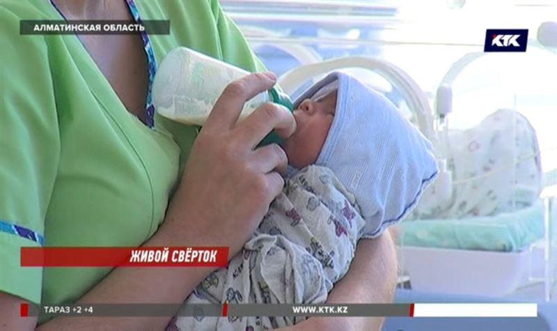 Оперативники опросят 200 матерей, чтобы найти ту, которая бросила дочь в пакете