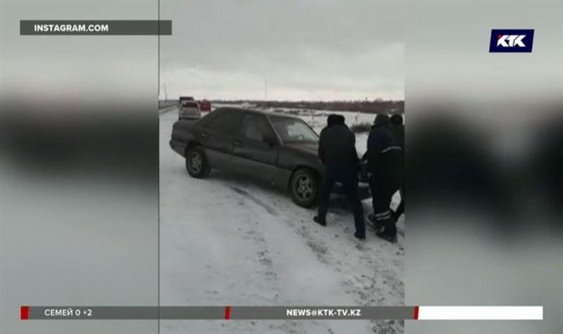 На заснеженных трассах Казахстана заторы и аварии