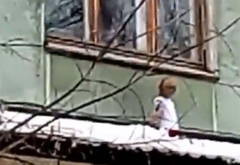Ребенок упал с третьего этажа и выжил в Павлодаре