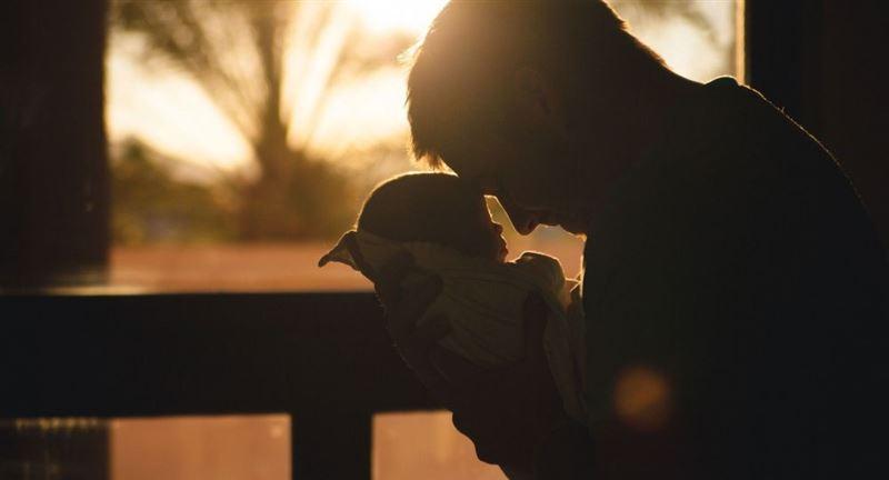 Жаңа туған ұлының фотосын жариялаған тележүргізуші сынға ұшырады