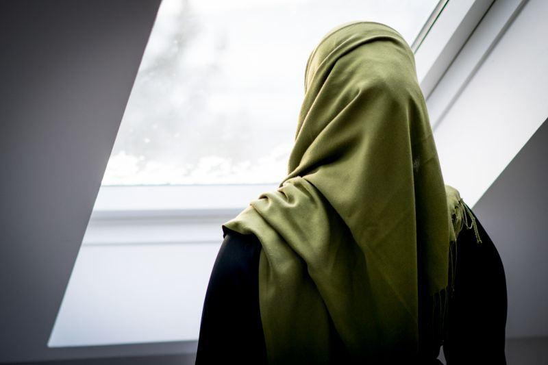 Ислам академиясының студенті хиджаб кигені үшін оқудан шығарылған