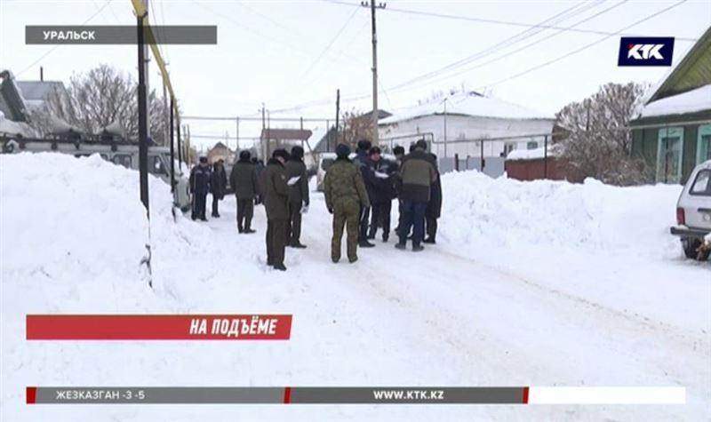 «Уже руки болят»: жители Уральска не знают, что делать с небывалым количеством снега