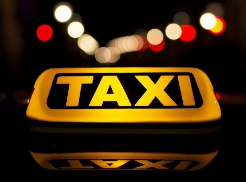 Алматыда такси жүргізушісі жол ақысына 23 мың теңге алған