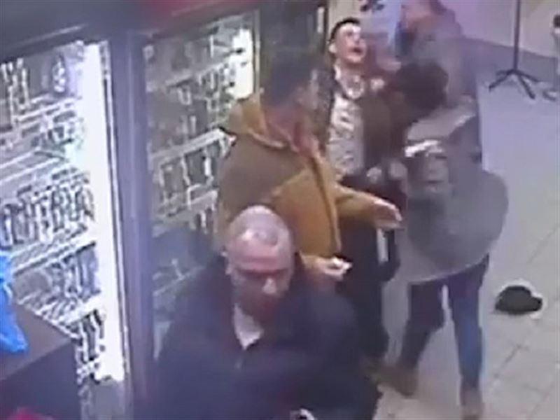Женщина-продавец отправила в нокаут покупателя