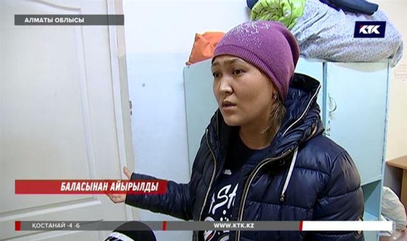 Алматы облысында сәбиі ауруханада шетінеген ана дәрігерлерді айыптайды