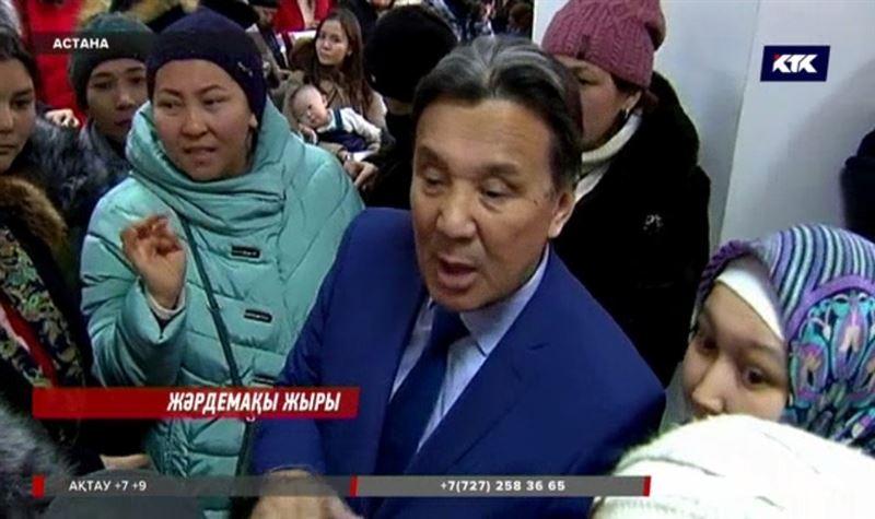 Астанада 21 мың теңге жәрдемақыны алуға асыққан аналар ұзын-сонар кезекте тұр