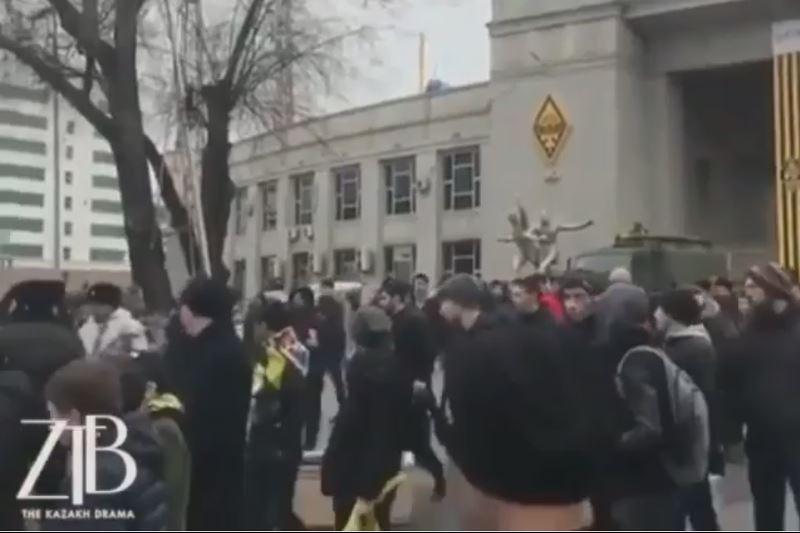 В Алматы футбольные фанаты устроили массовую драку