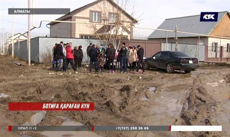 «Аяқ киім қалмады»: Алматыда жеке компания жұртты батпаққа батырып кетті