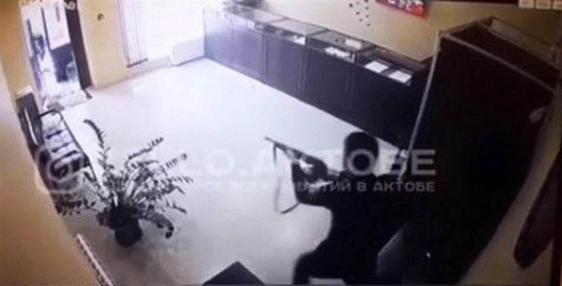 В Актобе вооруженный грабитель напал на ломбард