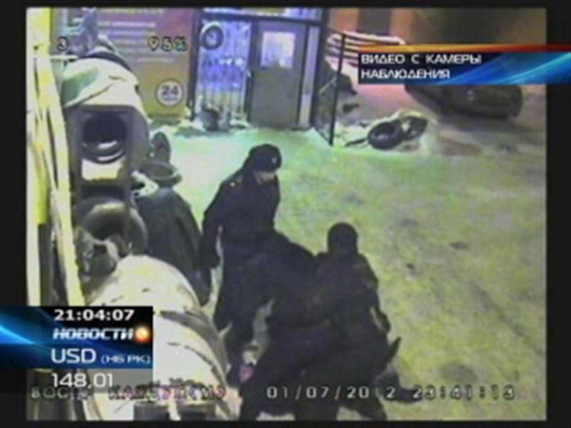 В Караганде предъявили обвинение полицейскому, который избил двух жителей