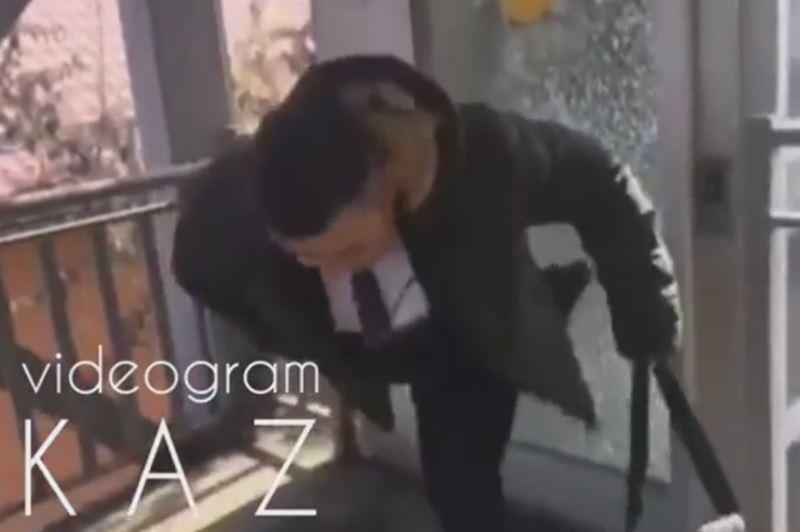 Алматыда көпірдегі лифтінің есігін сындырған күдікті ұсталды