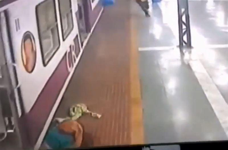 Женщина выжила, попав под поезд в Индии