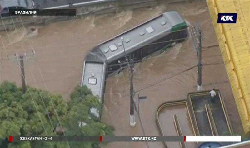 В бразильском Сан-Паулу вода уничтожает дома, гибнут люди
