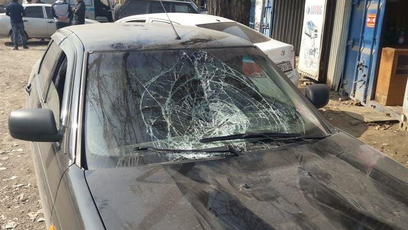 Мужчина наехал на двух дорожных рабочих в Алматы