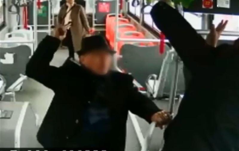 Пенсионер устроил драку в автобусе из-за просьбы показать проездной