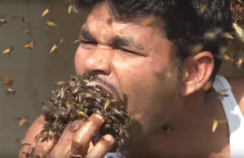 Полный рот живых пчел набрал житель Индии