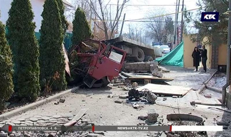 Грузовик с фекалиями влетел во двор дома на окраине Алматы