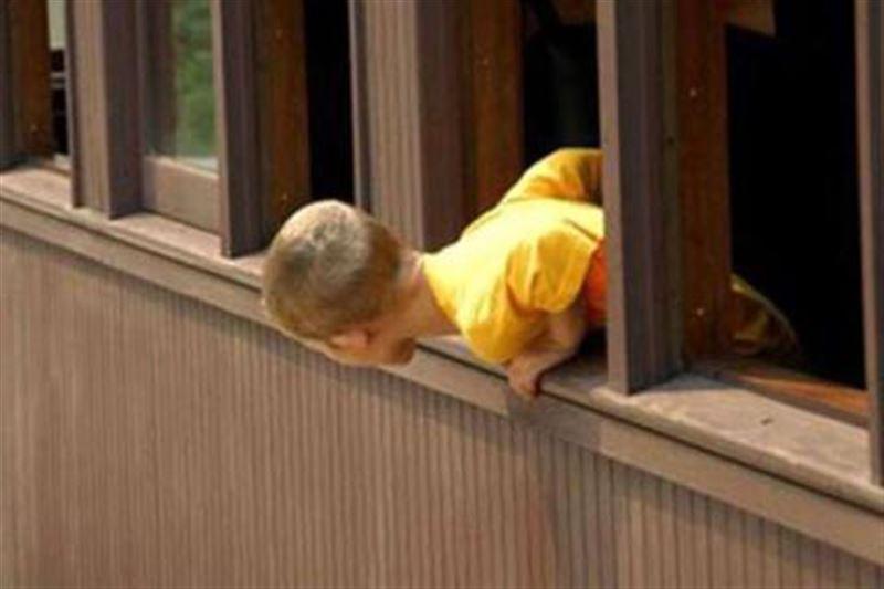 Трехлетний ребенок выпал из окна четвертого этажа в Текели