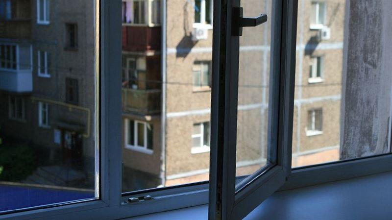 Подросток выпала из окна на седьмом этаже в Уральске