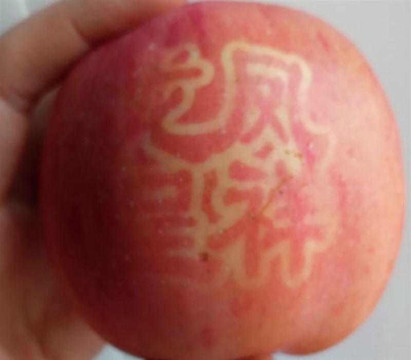 Казахстанку напугали яблоки с китайскими иероглифами