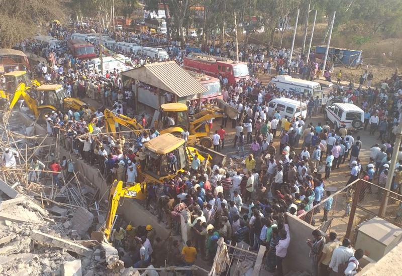 Под завалами рухнувшего в Индии здания могут находиться около сотни человек