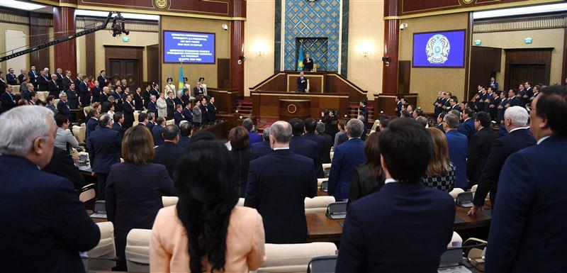Назарбаева встретили продолжительными аплодисментами