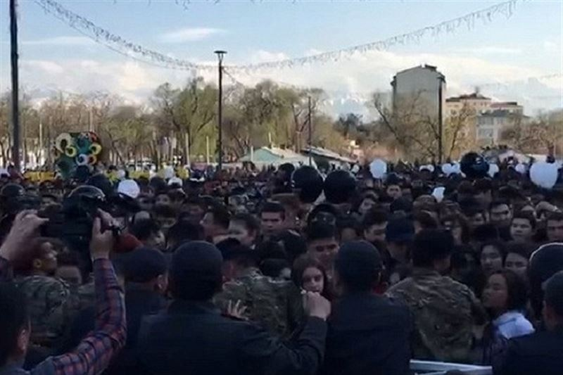 В Бишкеке устроили давку из-за бургеров Тимати