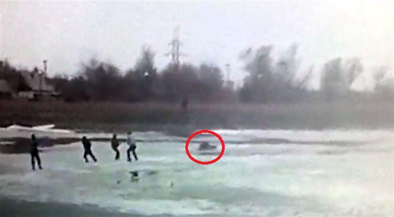 Елордада полицей ер адамды құтқарамын деп мұз астына түсіп кетті