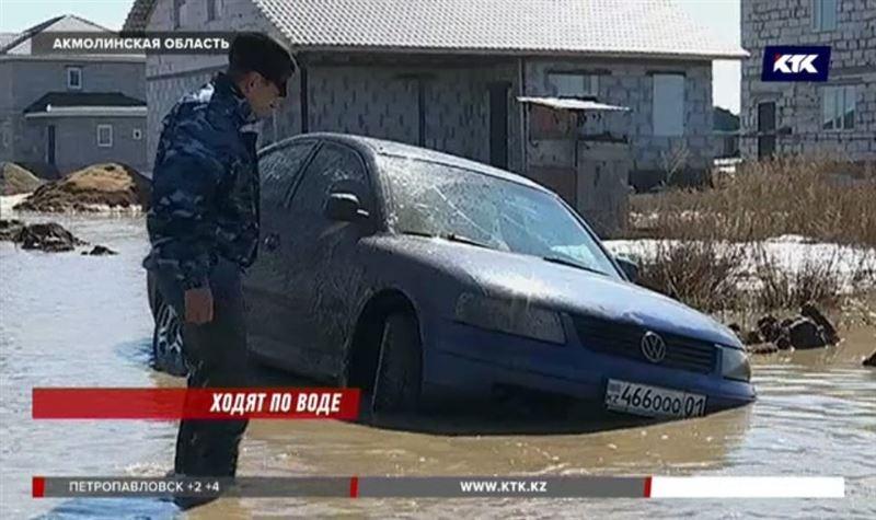 Машина с роженицей увязла в яме в утопающем поселке Каражар
