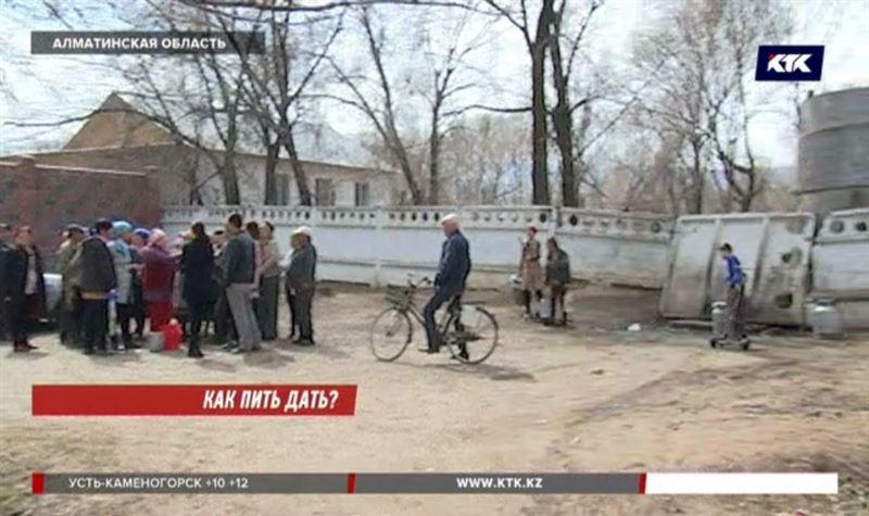 С раннего утра занимают очереди за водой в Алматинской области