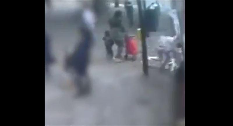 В Лондоне пожилую женщину толкнули под колеса автобуса
