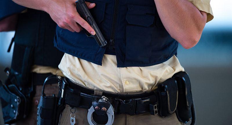 Атырау әуежайында полиция қызметкері әйел адамға абайсызда оқ атты
