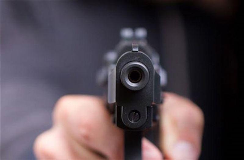 Сотрудник полиции случайно выстрелил в женщину в аэропорту Атырау