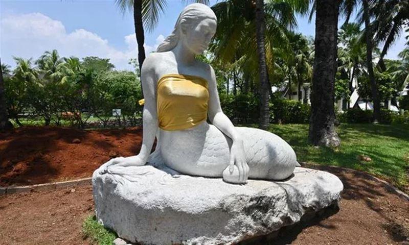 Скульптурам русалок прикрыли грудь, чтобы не смущать гостей