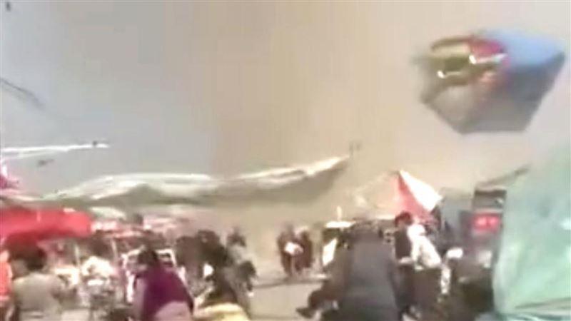 Торнадо унес надувной батут в Китае, погибли двое детей