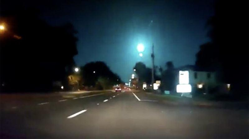 Жители Флориды сняли на видео падение голубого метеора
