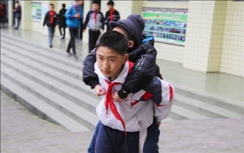 12 жастағы бала мүгедек досын 6 жыл бойы мектепке арқалап апарған