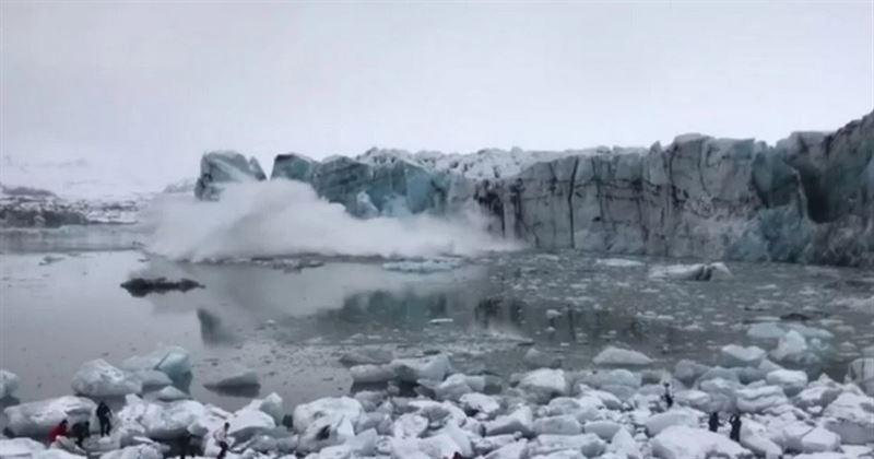 Исландские туристы делали селфи, убегая от смертельного цунами