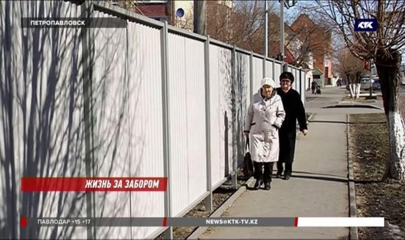 «Как зверей загораживают»: Петропавловск возмутили заборы, которыми обнесли дома в центре