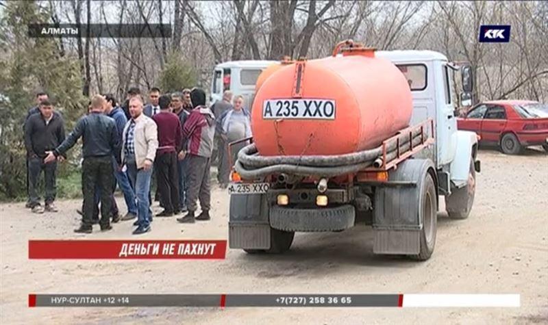 Водители ассенизаторских машин в Алматы отказались вывозить нечистоты