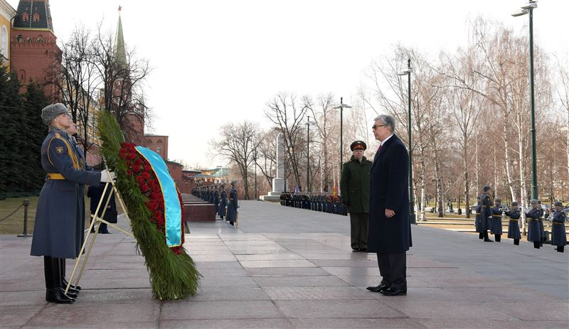 В Москве президент возложил венок к Могиле Неизвестного Солдата
