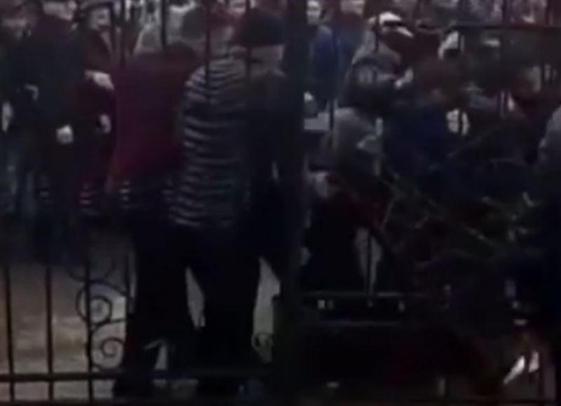 Продавцы устроили драку на рынке в Алматы