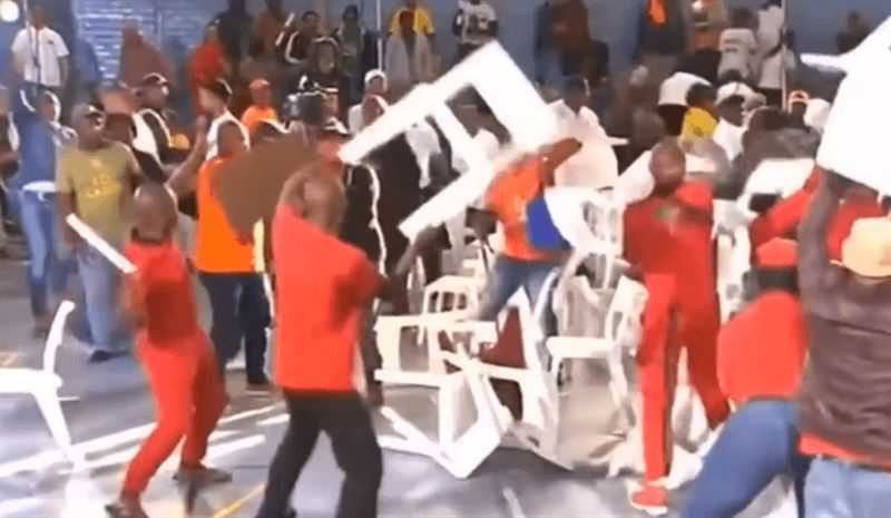 Политики ЮАР устроили в прямом эфире драку стульями