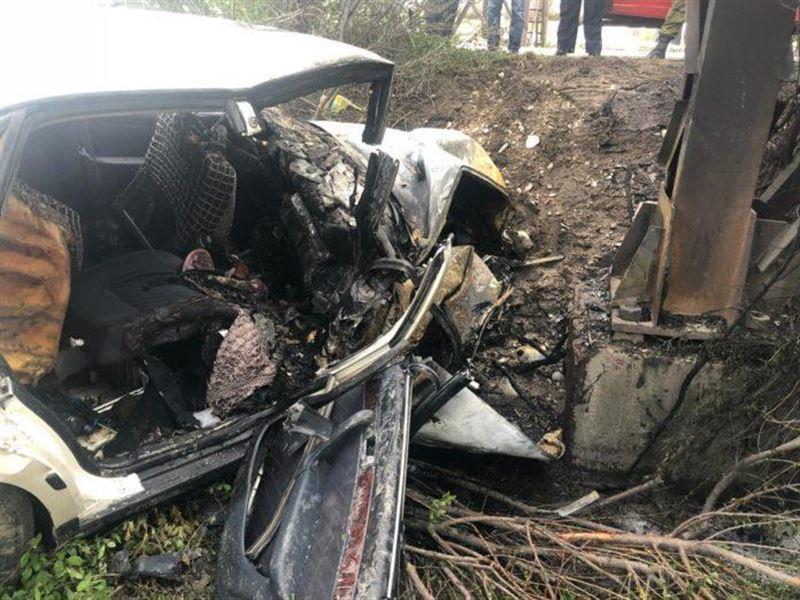 В результате жуткой аварии в Шымкенте вспыхнуло авто. Погиб пассажир